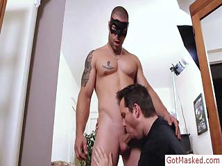 Tatooed muscle chap getting sucked by gotmasked